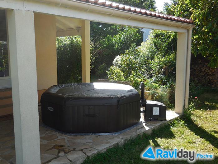 spa gonflable sur une terrasse